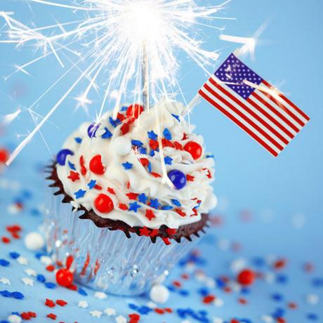 Décorez votre gâteau d'anniversaire avec nos mini-drapeaux décoratifs