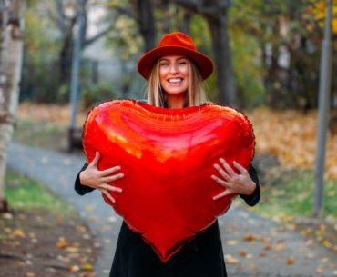 ballon en forme de coeur couleur rouge pour la saint-valentin
